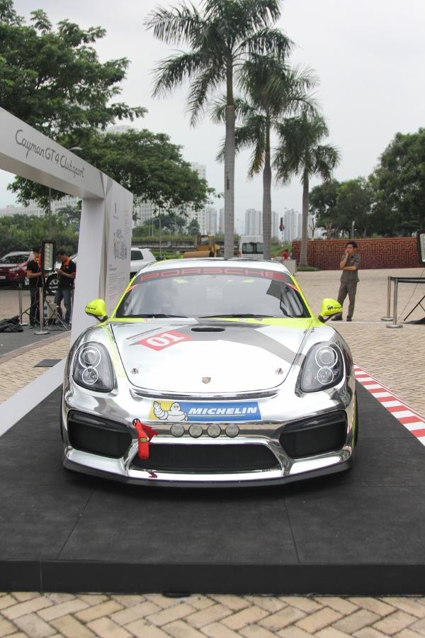 Can-canh-xe-dua-noi-loan-Porsche-Cayman-GT4-Clubsport-tren-pho-Sai-Gon-anh-14