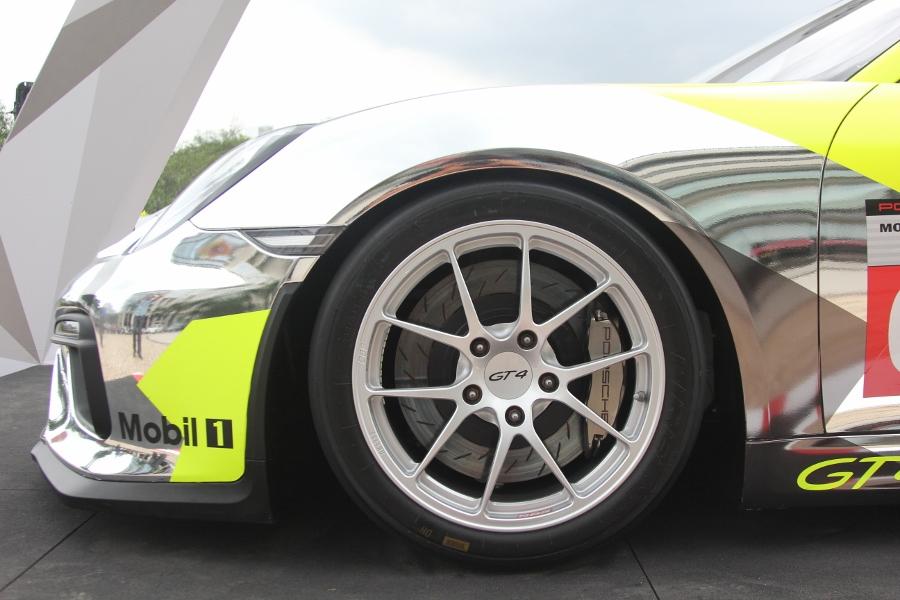 Can-canh-xe-dua-noi-loan-Porsche-Cayman-GT4-Clubsport-tren-pho-Sai-Gon-anh-10