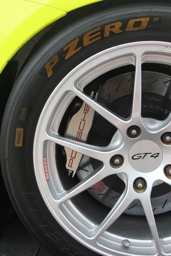 Can-canh-xe-dua-noi-loan-Porsche-Cayman-GT4-Clubsport-tren-pho-Sai-Gon-anh-11
