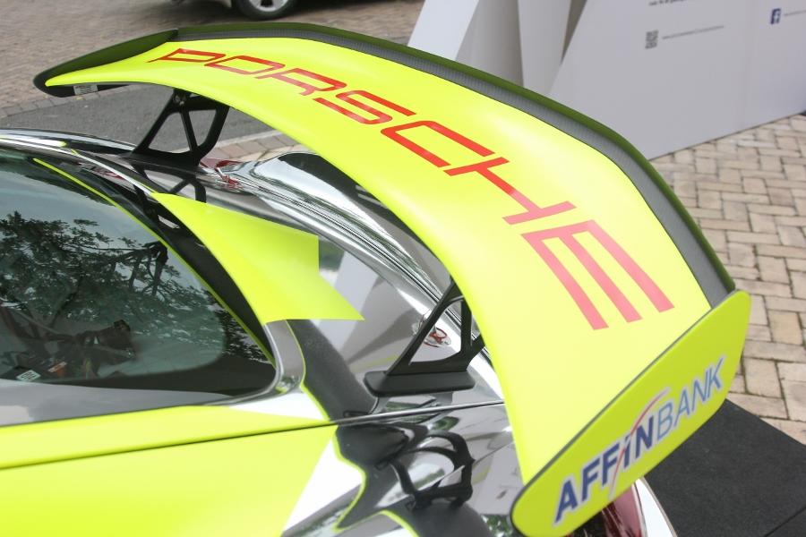 Can-canh-xe-dua-noi-loan-Porsche-Cayman-GT4-Clubsport-tren-pho-Sai-Gon-anh-232