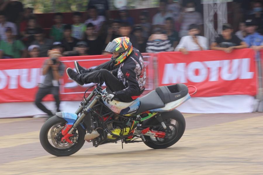 Biker-Viet-day-song-truoc-cac-man-stunt-tao-bao-anh-2