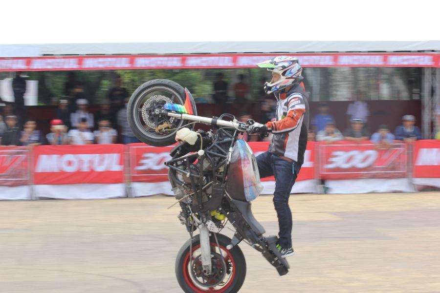 Biker-Viet-day-song-truoc-cac-man-stunt-tao-bao-anh-8