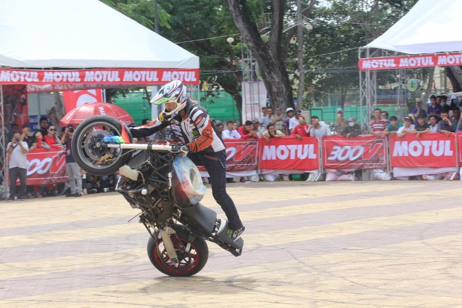 Biker-Viet-day-song-truoc-cac-man-stunt-tao-bao-anh-9