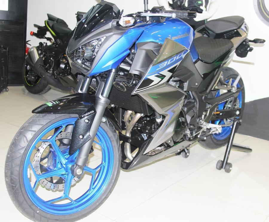 Nakedbike-Kawasaki-Z300-2018-gia-129-trieu-dong-co-gi-hon-doi-thu-anh-3