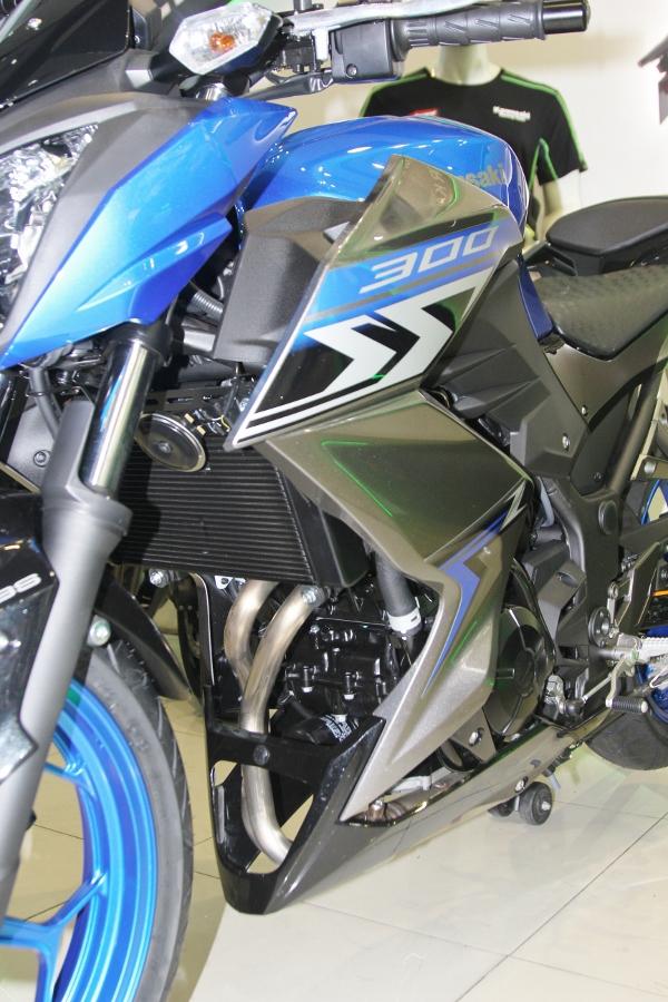 Nakedbike-Kawasaki-Z300-2018-gia-129-trieu-dong-co-gi-hon-doi-thu-anh-9