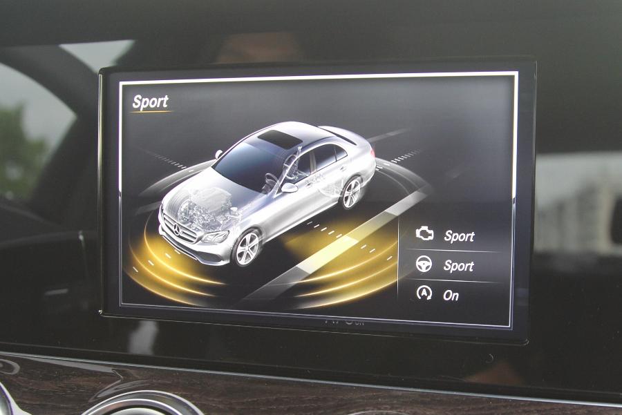 Mercedes-Benz-E-250-2017-Sedan-dang-cap-trong-tam-gia-anh-35