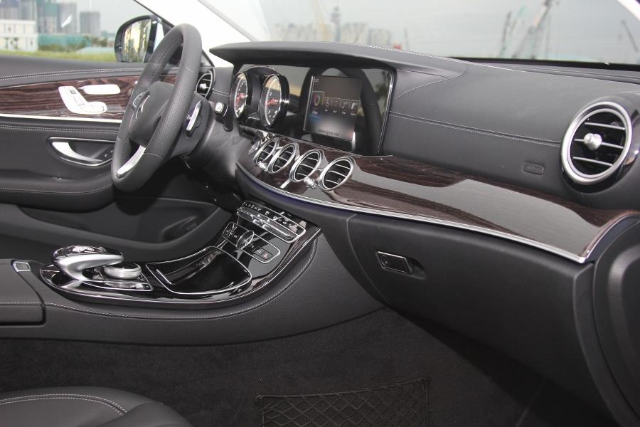 Mercedes-Benz-E-250-2017-Sedan-dang-cap-trong-tam-gia-anh-13