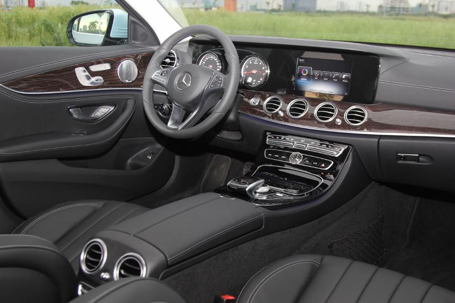 Mercedes-Benz-E-250-2017-Sedan-dang-cap-trong-tam-gia-anh-14