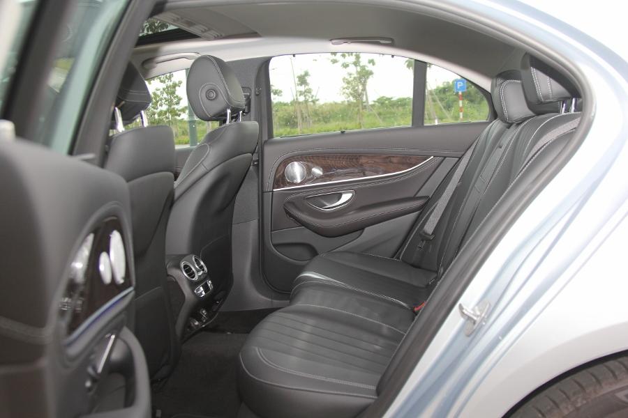 Mercedes-Benz-E-250-2017-Sedan-dang-cap-trong-tam-gia-anh-17