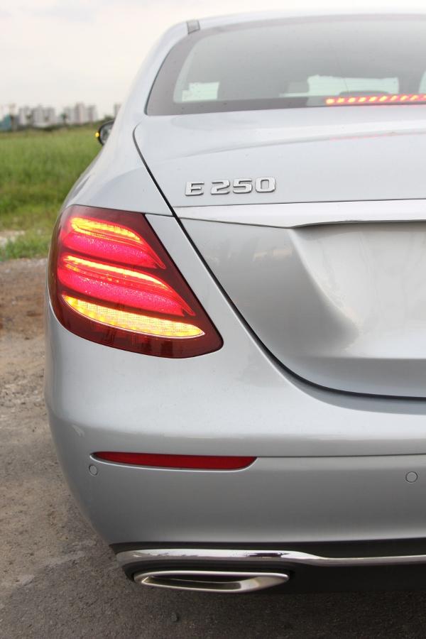 Mercedes-Benz-E-250-2017-Sedan-dang-cap-trong-tam-gia-anh-36