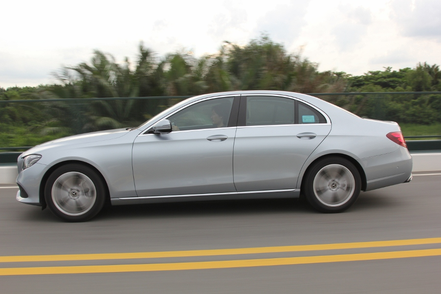 Mercedes-Benz-E-250-2017-Sedan-dang-cap-trong-tam-gia-anh-4