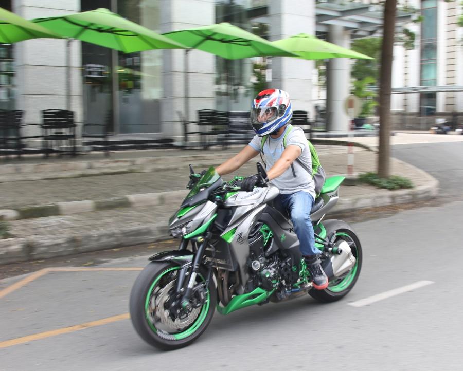 Chieu-lam-dep-Kawasaki-Z1000-noi-bat-choi-Tet-anh-3