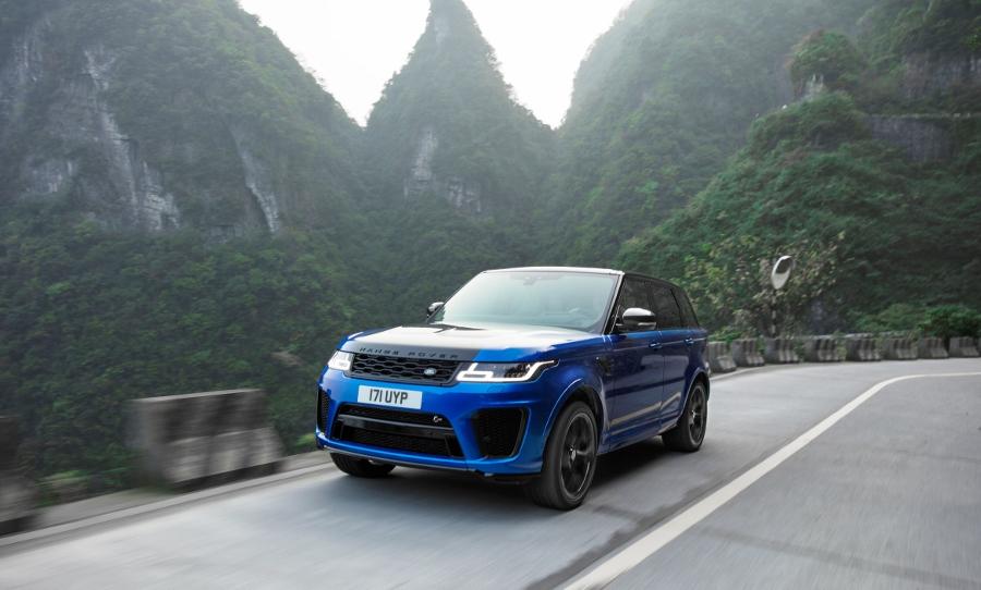 Range-Rover-Sport-SVR-vuot-mat-sieu-xe-Ferrari-tren-duong-hiem-anh-1