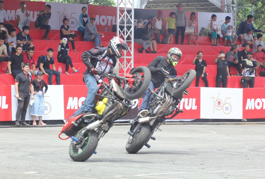 Biker-Viet-va-quoc-te-dien-stunt-dung-tim-tai-Sai-Gon-cuoi-tuan-anh-1