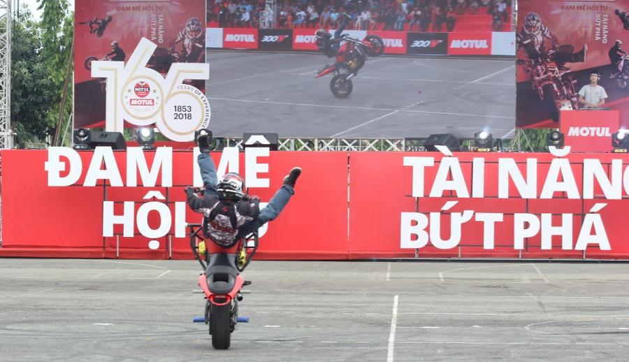 Biker-Viet-va-quoc-te-dien-stunt-dung-tim-tai-Sai-Gon-cuoi-tuan-anh-18