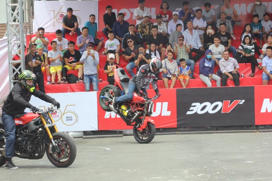 Biker-Viet-va-quoc-te-dien-stunt-dung-tim-tai-Sai-Gon-cuoi-tuan-anh-10