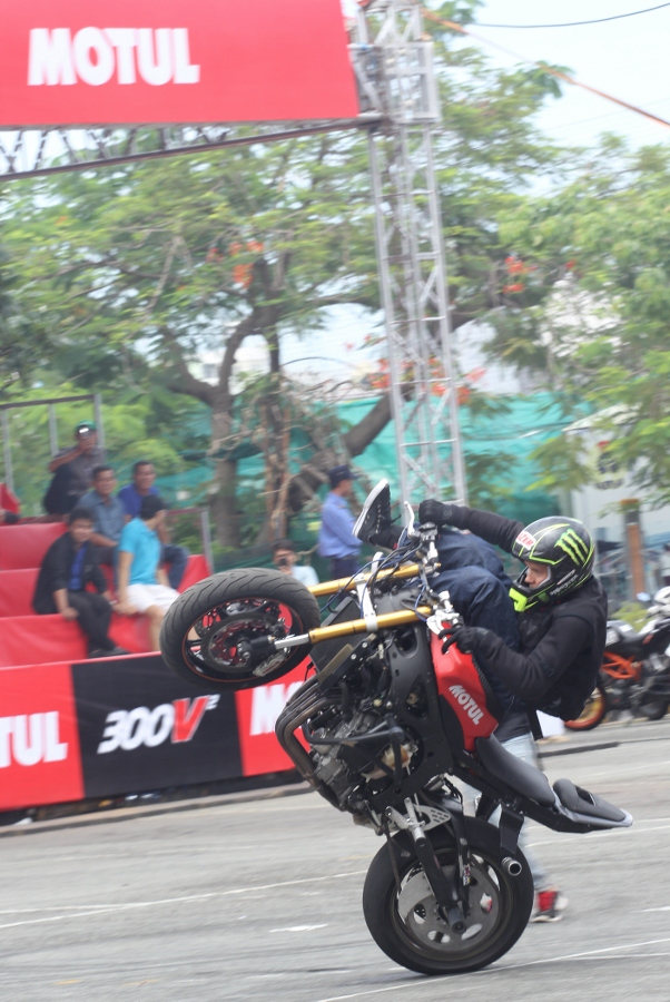 Biker-Viet-va-quoc-te-dien-stunt-dung-tim-tai-Sai-Gon-cuoi-tuan-anh-13