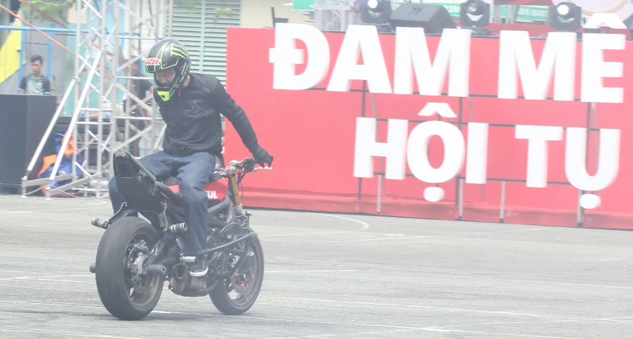 Biker-Viet-va-quoc-te-dien-stunt-dung-tim-tai-Sai-Gon-cuoi-tuan-anh-15