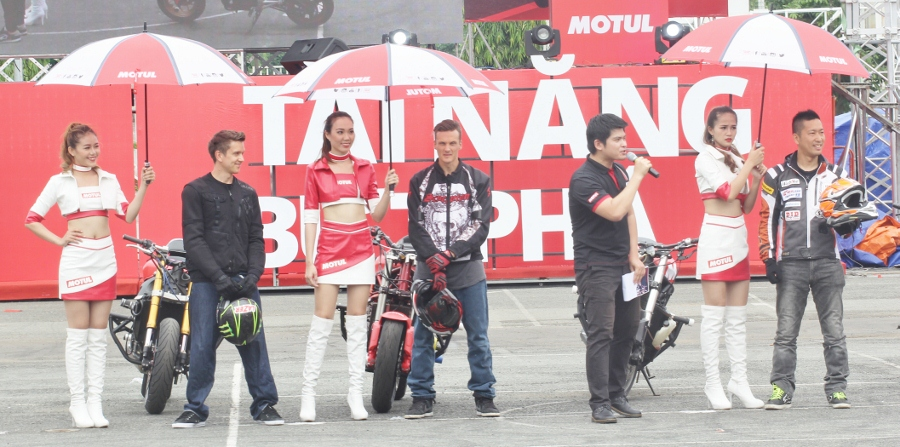Biker-Viet-va-quoc-te-dien-stunt-dung-tim-tai-Sai-Gon-cuoi-tuan-anh-2