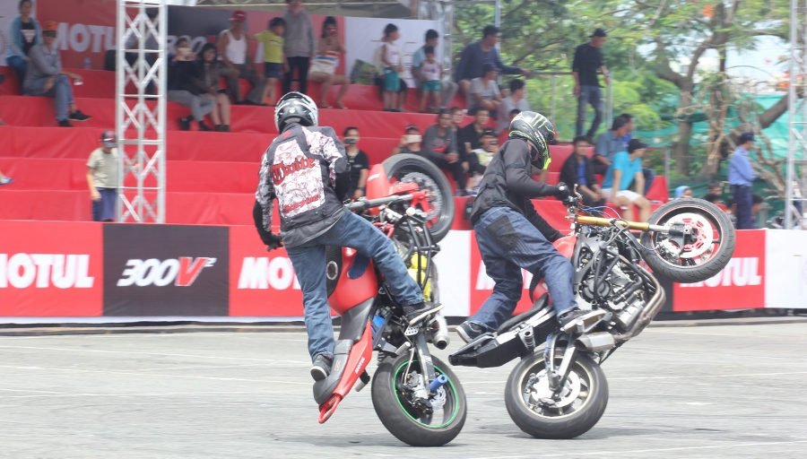 Biker-Viet-va-quoc-te-dien-stunt-dung-tim-tai-Sai-Gon-cuoi-tuan-anh-7