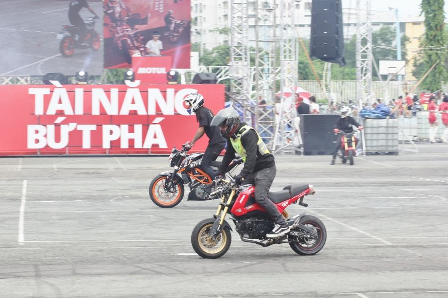 Biker-Viet-va-quoc-te-dien-stunt-dung-tim-tai-Sai-Gon-cuoi-tuan-anh-4