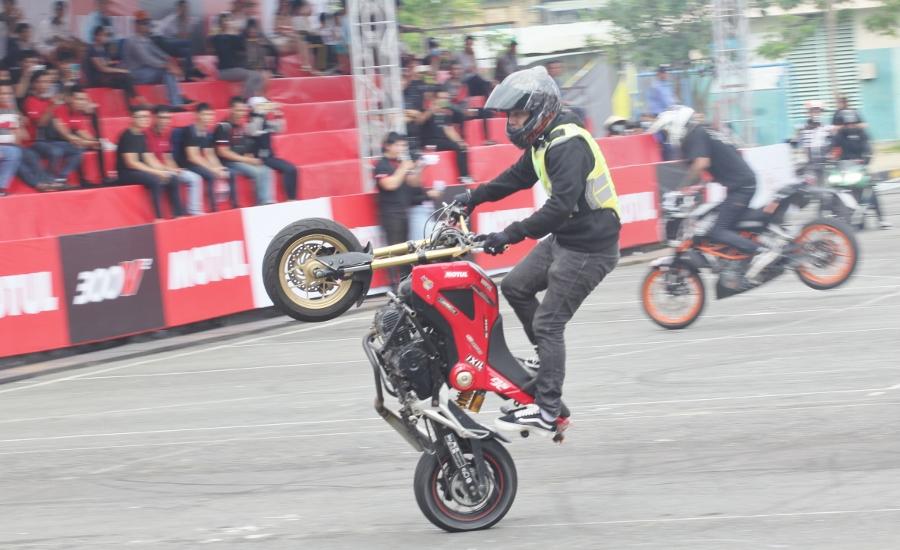 Biker-Viet-va-quoc-te-dien-stunt-dung-tim-tai-Sai-Gon-cuoi-tuan-anh-5
