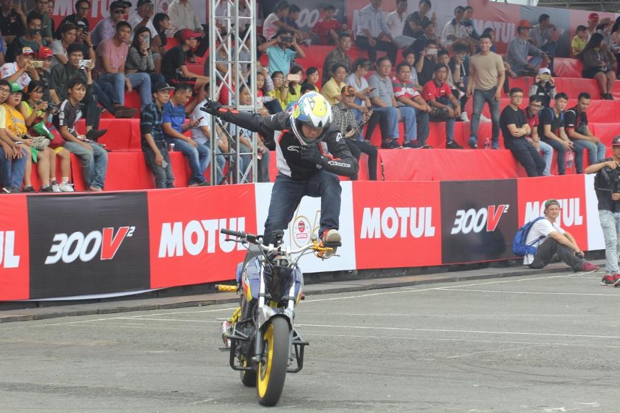 Biker-Viet-va-quoc-te-dien-stunt-dung-tim-tai-Sai-Gon-cuoi-tuan-anh-24