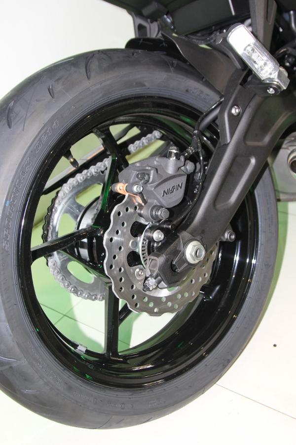 Kawasaki-Ninja-650-2018-Sportbike-an-so-tren-duong-Viet-anh-12