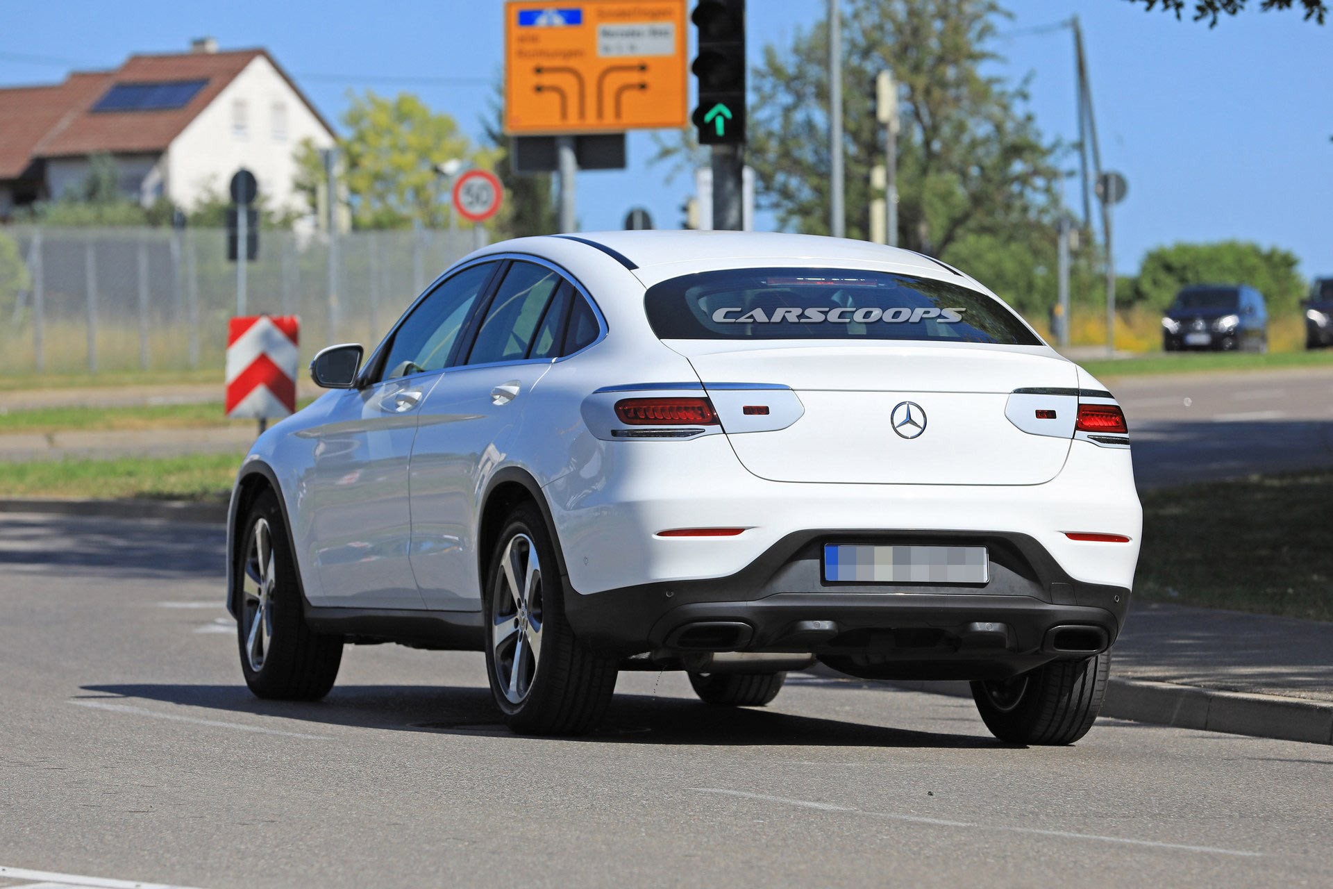 Mercedes-Benz-GLC-Coupe-2020-lo-anh-chay-thu-voi-den-pha-dam-chat-choi-anh-2