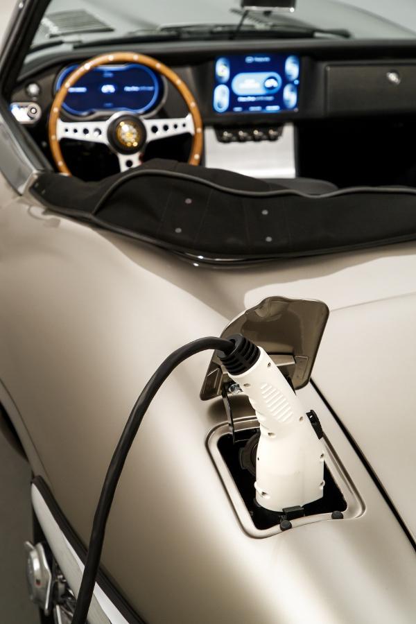 Jaguar-san-xuat-xe-co-E-type-chay-dien-dep-hiem-co-anh-5