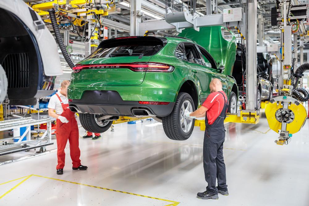 SUV-Porsche-Macan-hut-khach-den-la-ky-anh-4