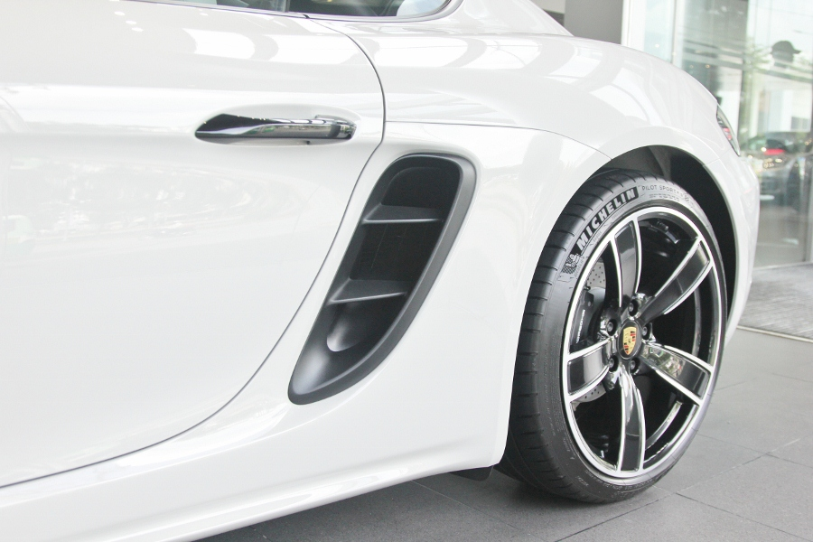 Porsche-718-Cayman-2018-voi-goi-do-1-5-ty-dong-tai-Sai-Gon-anh-18