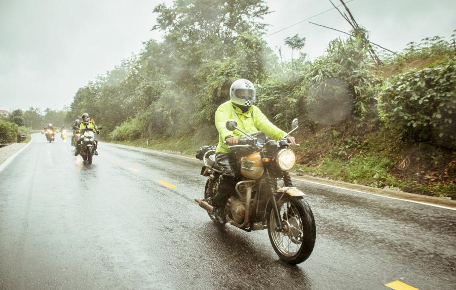 Triumph-Bonneville-T100-chay-cuc-luot-khap-Viet-Nam-anh-2